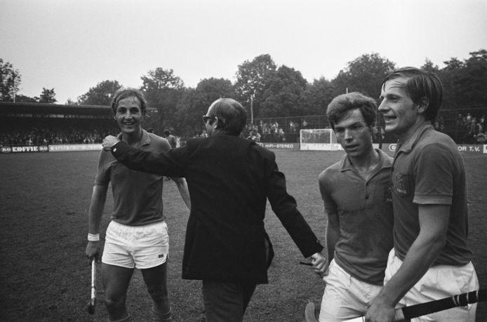 Jeroen Zweerts (links) na Nederland-Engeland (2-1) op 29 augustus 1973 tijdens het WK hockey in Amstelveen.