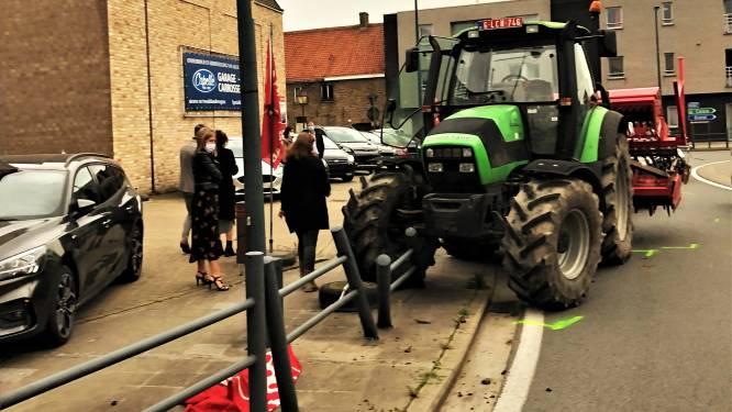 Bestuurster (23) verliest controle over tractor op rotonde in Westkerke
