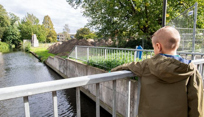 De tieners duwden Damiën van de brug bij de Hagenborgh in Almelo .