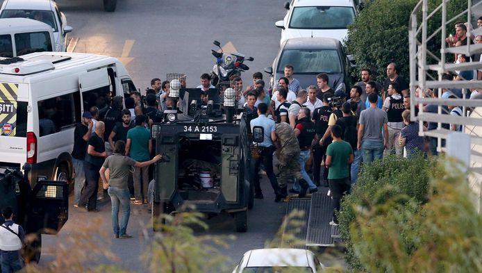 Agenten arresteren soldaten