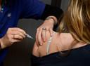 Een meisje krijgt haar vaccinatie tegen baarmoederhalskanker.