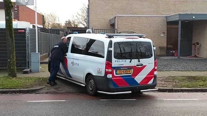 Politie bij de aanhouding in Apeldoorn vanmorgen.