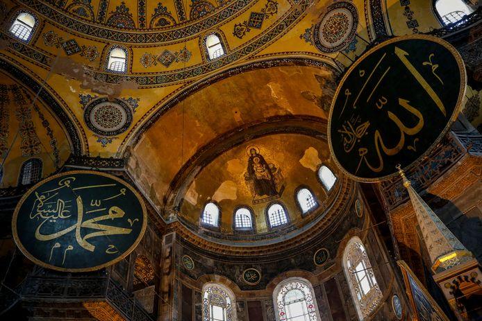 Een goudkleurig mozaïek van de Heilige Maagd Maria en Jezus aan de binnenzijde van het dak van de voormalige kathedraal Hagia Sophia.
