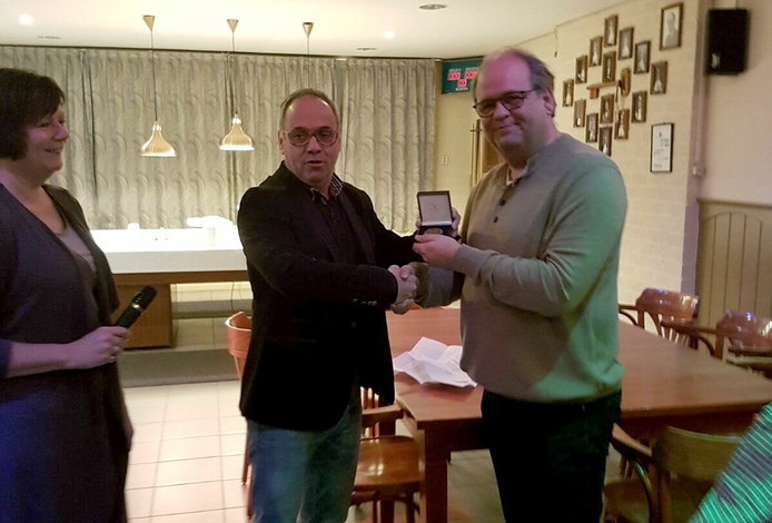 Wethouder Rob Poel (links) reikt de onderscheiding uit aan Erik Jansen.