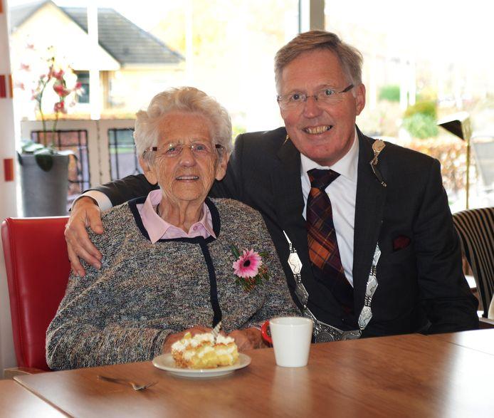 De 100-jarige Korrie Jonker-van Es met burgemeester Gerard Rabelink