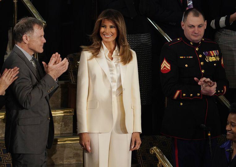 Melania Trump zag er goed uit in haar wit maatpak van Dior, maar ze kreeg ook heel wat kritiek op haar outfitkeuze.