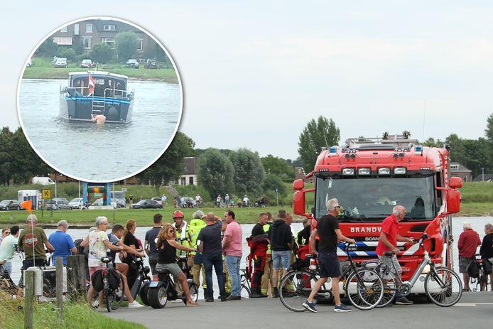 Een plezierbootje op de IJssel is vrijdagmiddag verstrikt geraakt in de kabel van de Wijheseveer. INZET: Schipper onderneemt riskante reddingspoging om bootje los te krijgen.