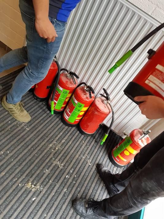 Leerlingen van het ROC Rivor gebruikten onder meer brandblussers om het vuur te doven.