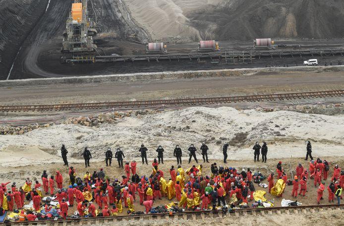 Honderden activisten drongen vandaag in het oosten van Duitsland verscheidene koolmijnen binnen om een onmiddellijke stopzetting van het gebruik van steen- en bruinkool te eisen.