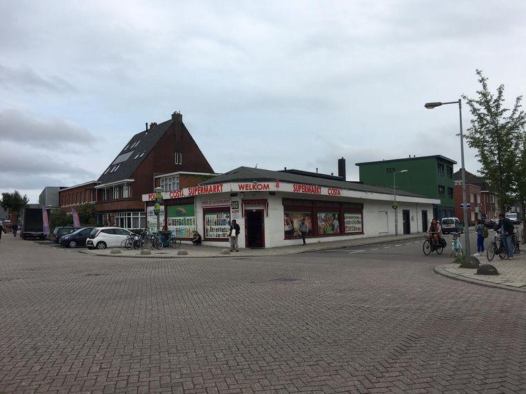 Het witte hoekpand met 'Poolse Costa supermarkt welkom' in grote rode letters aan de gevel genageld is een nogal opvallende verschijning tussen de woonhuizen. Beeld Alice Boothby