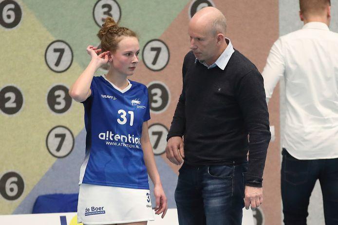 Ron Steenbergen instrueert Anna van Molken in zijn afscheidsduel als coach van Oost-Arnhem.