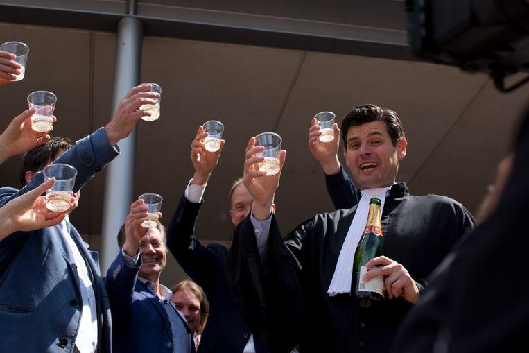 Klimaatadvocaat Roger Cox viert in 2015 een overwinning op de Nederlandse staat. Deze week stelde het gerechtshof in hoger beroep de klimaatstrijders opnieuw in het gelijk. Beeld AP