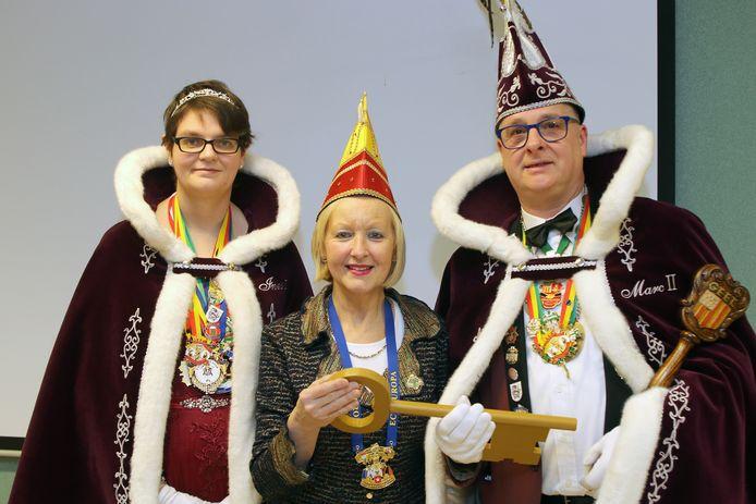 Burgemeester Vera Celis overhandigt de sleutel van de stad aan De Heiknuiters.
