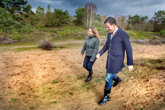 Premier Rutte (rechts) en minister Schouten (landbouw, links) tijdens een recent bezoek aan een natuurgebied op de Veluwe.