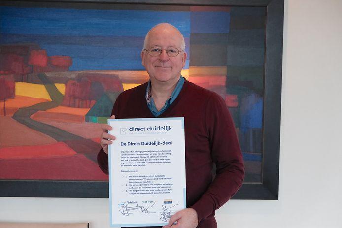 B urgemeester John Joosten van Dinkelland met de Direct Duidelijk Deal.