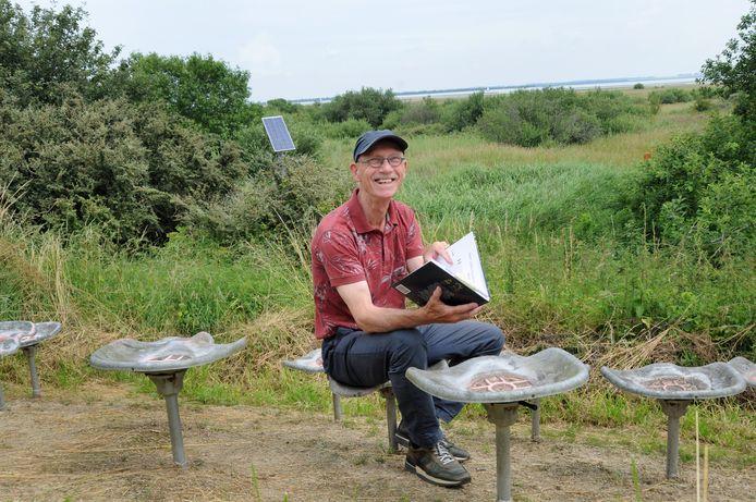 Marco van de Plasse op de picknickplek aan de Zonnemairsedijk bij de Veerhoek. Het is één van de plekken waar hij een verhaal aan heeft gewijd, dat gaat over de Watersnoodramp