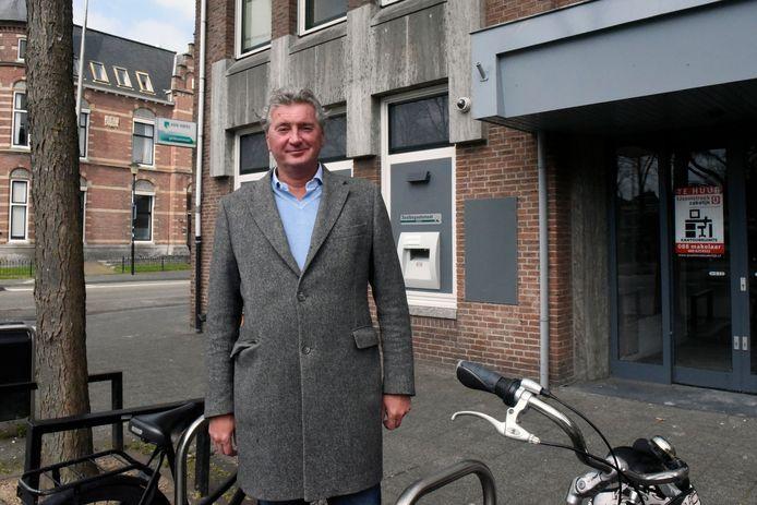 Bas den Hollander voor het oude ABN Amro bankgebouw aan de Westdam dat hij laat opknappen.