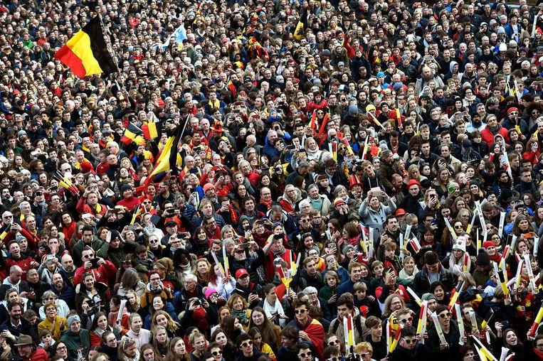Supporters juichen de Red Lions toe in Brussel nadat die een historische wereldtitel in het hockey behaalden. Beeld Photo News