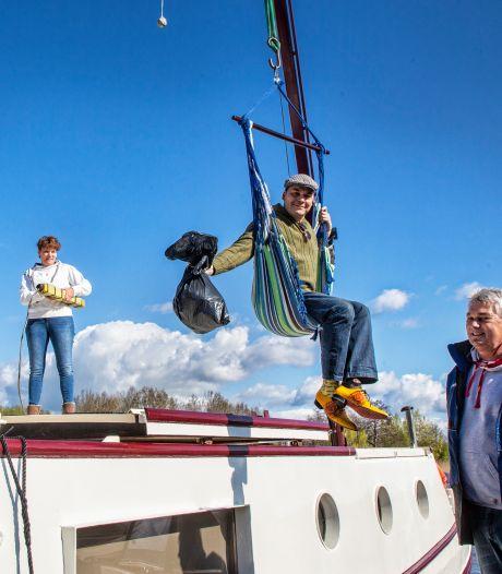 Varende vrijwilligers halen zwerfvuil uit de Vecht: 'Je ziet hier wel eens een fuut met plastic om z'n kop'