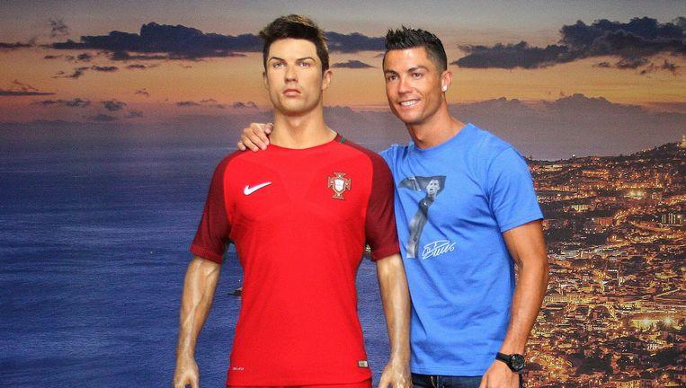 Ronaldo bij zijn wassen beeltenis in zijn museum op Madeira. Beeld EPA