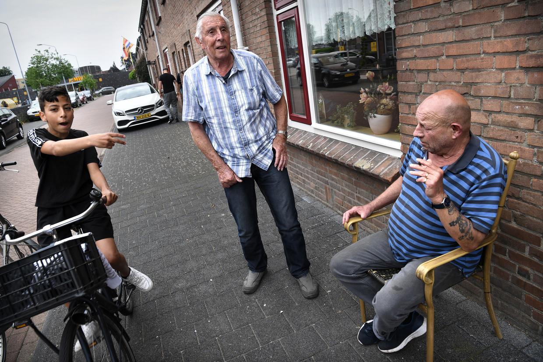 De Themansstraat, voormalige Oranjestraat, met rechts Hennie Meijer. Beeld Marcel van den Bergh / de Volkskrant