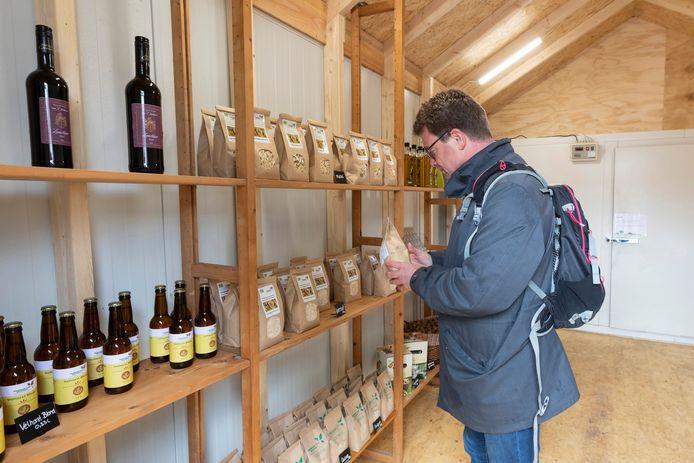Schappen van het afhaalpunt van burgerboerderij De Patrijs in Vorden. Leden van het concept kunnen er zeven dagen per week terecht.