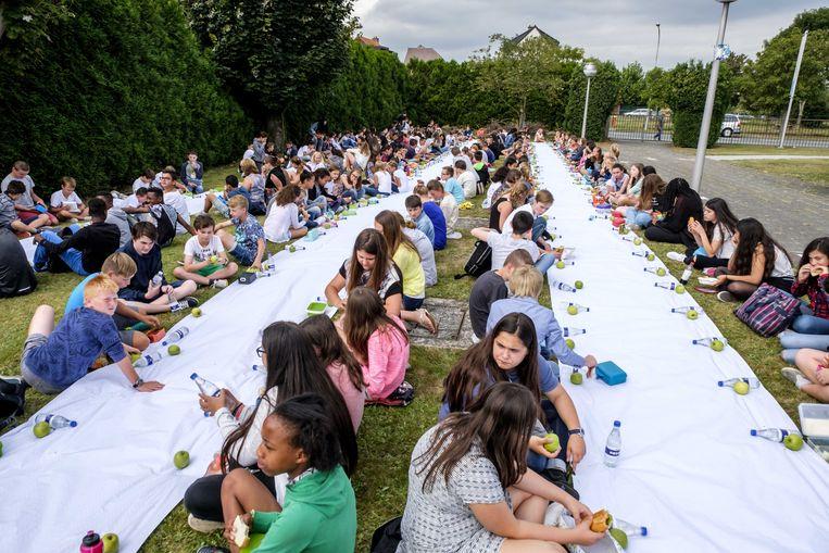 Middenschool Den Brandt organiseerde 's middags om 12 uur een record voor de langste picknick op de speelplaats.