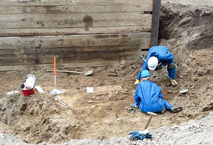 Archeologen onderzoeken de stoffelijke resten die zijn gevonden bij graafwerkzaamheden voor de nieuwe Jansbeek in de Broerenstraat in Arnhem.