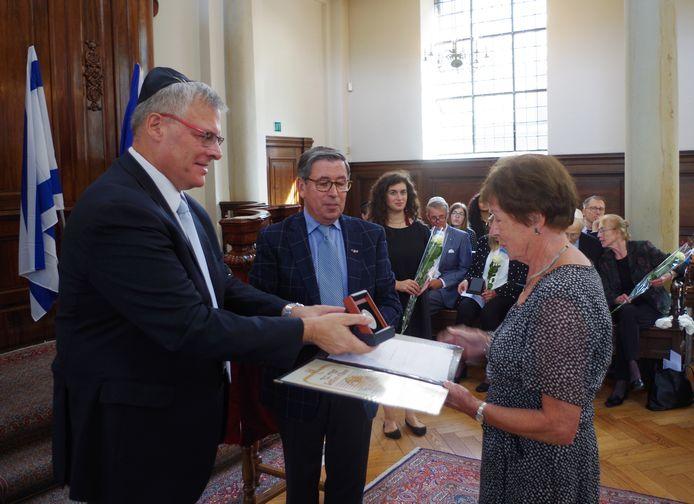 De Israëlische ambassadeur Naor Gilon reikt de Yad Vashem onderscheiding voor het Nijverdalse echtpaar Broeze-Mondeel uit aan kleinkind Ine van der Veer-Bosch uit Hellendoorn.