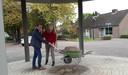Samen met de Haarense oud-wethouder Harry van Hal herbegraaft de Oisterwijkse wethouder Anne Cristien Spekle een tijdcapsule onder de nieuwe kiosk van Haaren.