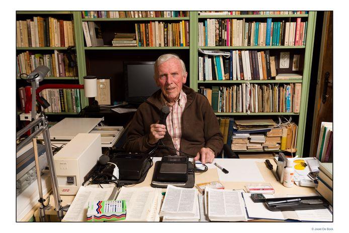 Aster Berkhof enkele jaren geleden in z'n bureau