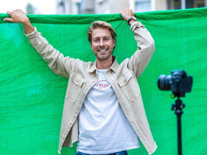 """Presentator Marcel Bamberg in Amsterdam voor het green screen wat hij gebruikt om creatieve filmpjes mee op te nemen. ,,Mijn video's zijn niet serieus bedoeld. Ik maak humor van iets wat geen humor is."""""""
