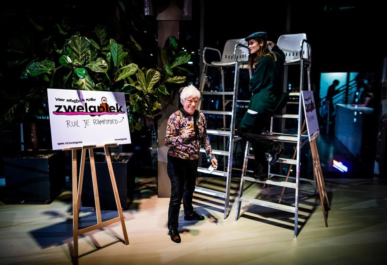 De Zwelgplek van Eefje Suijkerbuijck (r) tijdens het Faalfestival in Tivoli Utrecht. Beeld Freek van den Bergh
