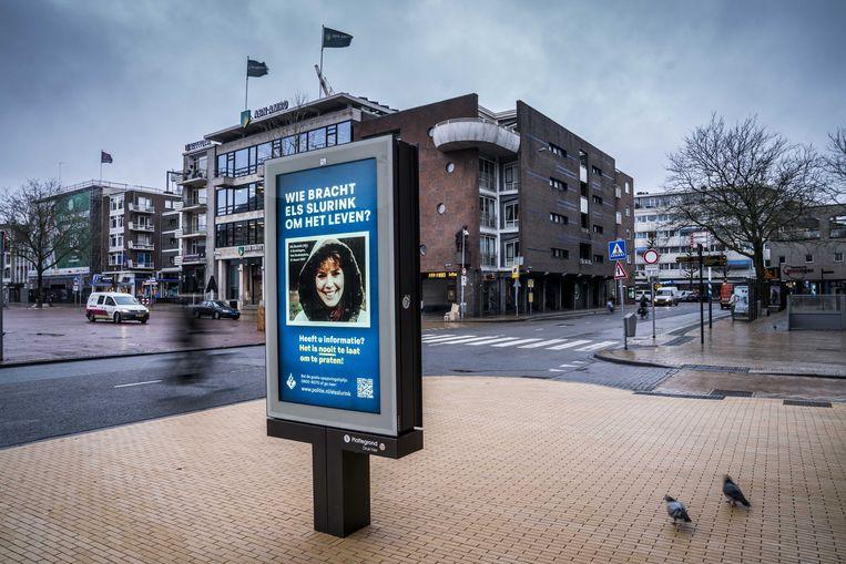 GRONINGEN - Met een abri voorzien van een poster met een portretfoto van Els Slurink vraagt de politie aandacht voor de zaak rond de moord op de Groningse.  ANP SIESE VEENSTRA Beeld ANP