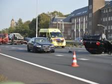 Vier auto's botsen op A58 bij Breda, één voertuig belandt op z'n dak