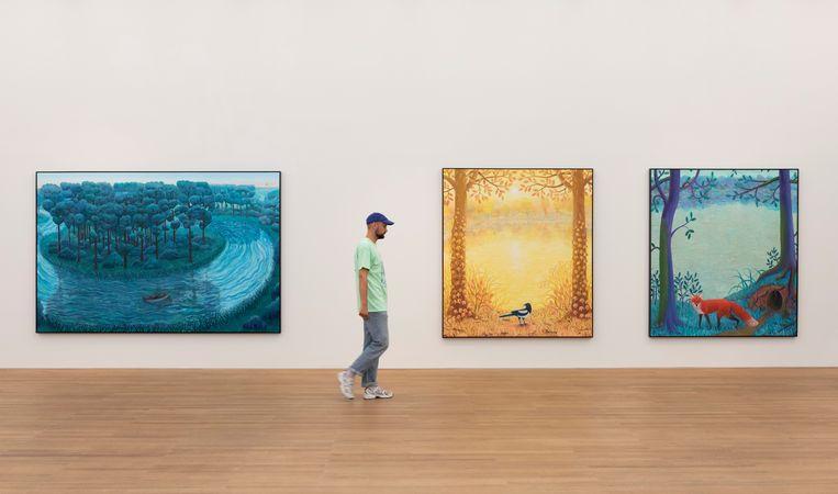 Sledsens bij zijn werken 'Rowing on the river', 'Magpie with a Pearl Earring' en 'The Red Fox'. Beeld rv