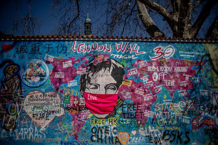 Een herdenkingsmuur opgedragen aan The Beatles in Praag.  Beeld EPA