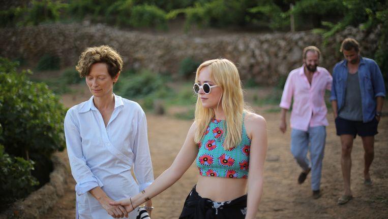 Tilda Swinton (links) en Dakota Johnson, en op de achtergrond Ralph Fiennes en Matthias Schoenaerts. Beeld