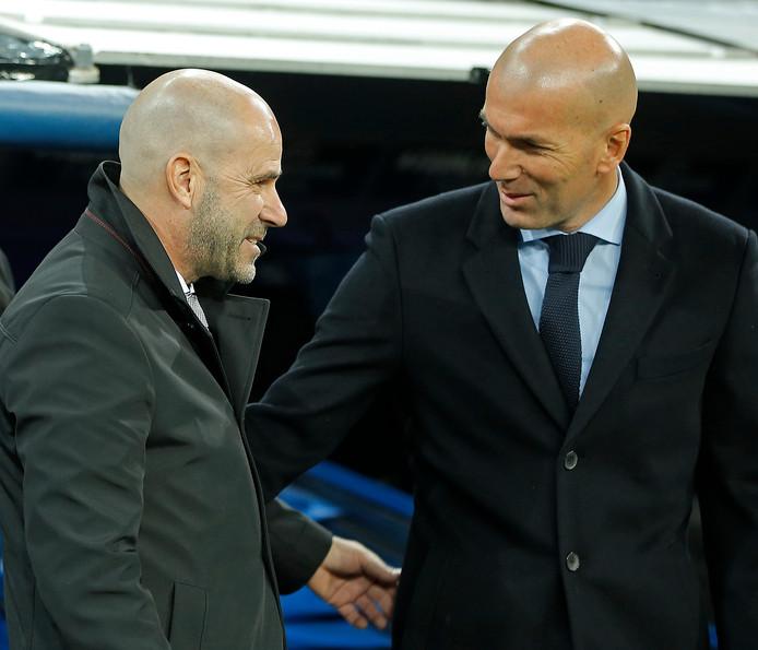 Peter Bosz (links) in gesprek met Zinédine Zidane.