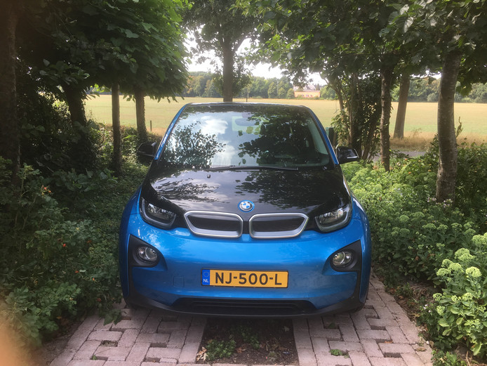 Vijf elektrische BMW's i3 staan als deelauto ter beschikking van Helvoirtenaren.