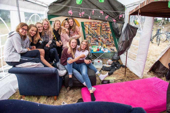 Een gezellige boel tijdens een kampeerfeest in Harbrinkhoek. Voor jongeren wordt het steeds moeilijker een plek te vinden om de tent neer te zetten.