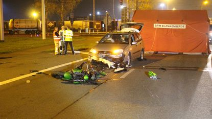 Motorrijder komt om na zware crash tegen wagen; inzittenden komen met de schrik vrij