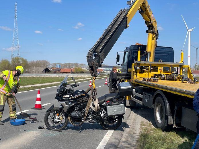 De motor moest getakeld worden, de brandweer veegde het wegdek proper.