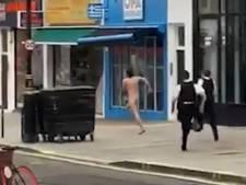 Un homme nu poursuivi par des policiers dans les rues de Londres
