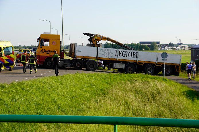 Bij een aanrijding is iemand bekneld geraakt onder een vrachtwagen.