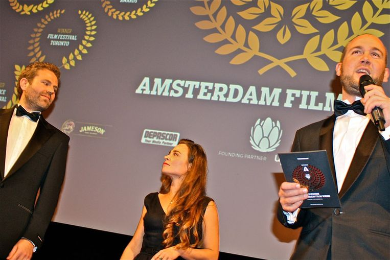 Initiatiefnemers Matthijs en Fulco (r), met in het midden presentatrice Froukje Jansen. Beeld