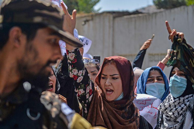 Afghaanse vrouwen tijdens een protest bij de Pakistaanse ambassade in Kabul. Beeld AFP
