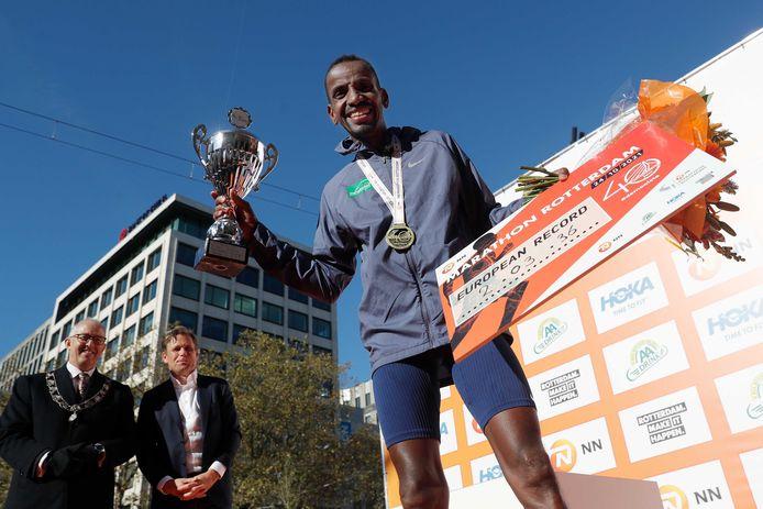 Bashir Abdi won de marathon van Rotterdam in een Europese recordtijd.