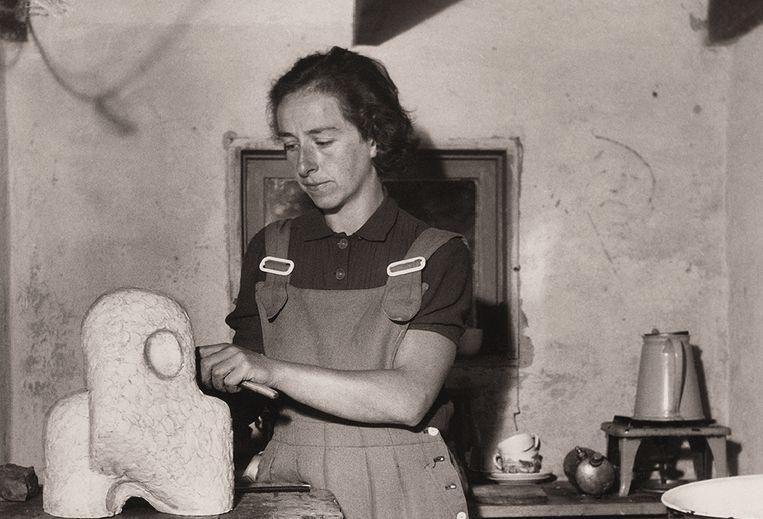 Sonja Ferlov Mancoba aan het werk in haar atelier Beeld Cobra Museum