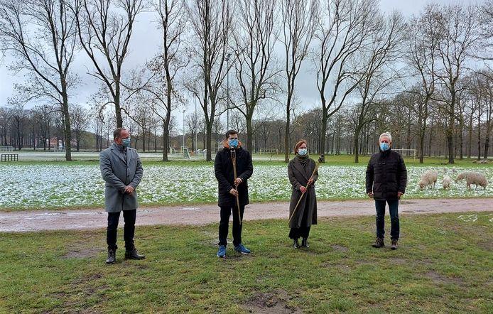 Aïlan Iriks van Sportpret en Chris Dielis van 't ANtWOORD kregen een fakkel van Marc Van Waelderen en John Boks van Rotary Club Turnhout.